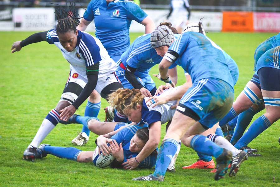 Italian and French players rucking during Six Nations Rugby Championship in 2014. (Photo by Pierre-Selim Huard)