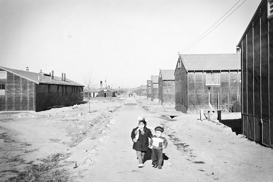 Two children in the Minidoka concentration camp in Idaho, where most Japanese Americans from Washington were send. (Photo courtesy of the Wing Luke Asian Museum, the Hatate Collection)
