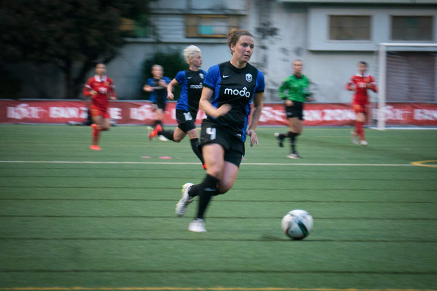 Defender Rachel Corsie of Seattle Reign FC plays at Memorial Stadium against China's Women's National Soccer Team Friday night. (Photo by Yiqin Weng)